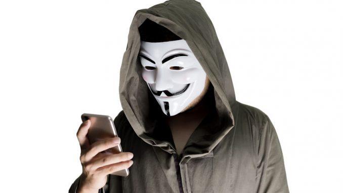 personne qui se cache derriere un masque